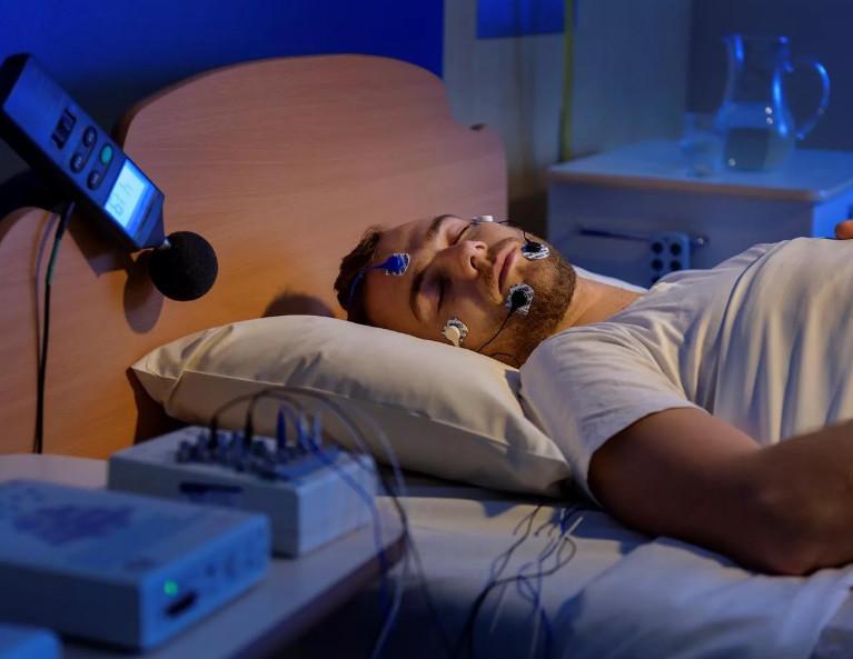 При нарушении сердечного ритма во время ночного сна рекомендуется проконсультироваться у сомнолога и пройти обследование